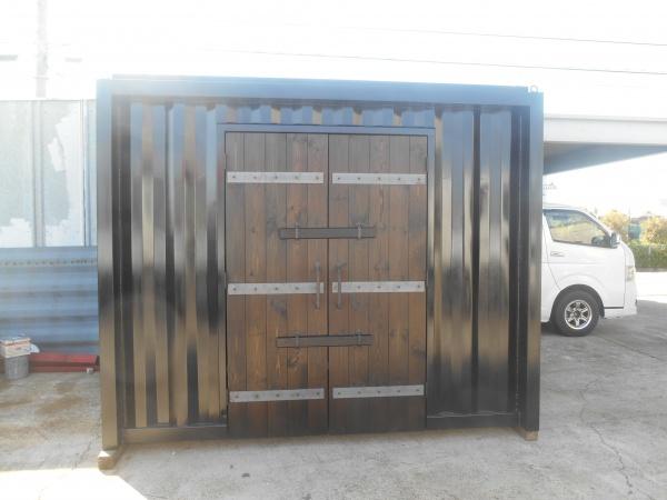 両開きの木製扉がかなりインパクト
