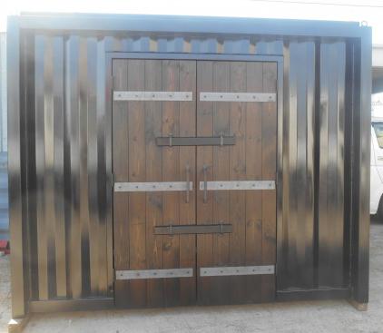 ツヤのある黒を基調にしたボディーと扉