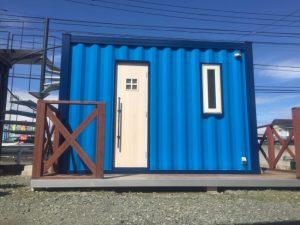 展示場トイレコンテナハウスが青くイメージチェンジした写真