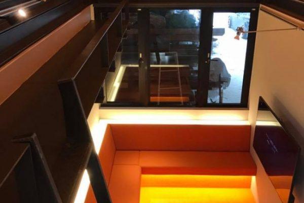 広島支店の新モデルハウス 室内 造り付けソファの足元には間接照明をつけました。