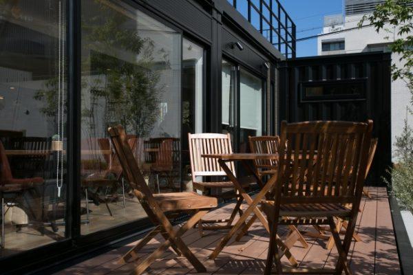 緑に囲まれた カフェ&バー