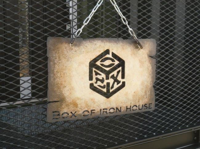 エントランス外のロゴ看板